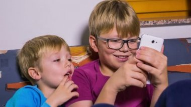 Kids playing on new smartphone. — Stock Video