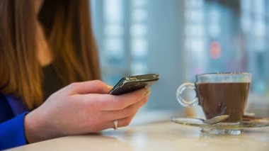 Лица женского пола, работающих на сотовый телефон — Стоковое видео