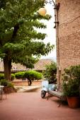 Courtyard in the old Italian town of Certaldo — Stock Photo