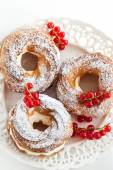 Cream puff rings decorated with fresh red currant — Stok fotoğraf