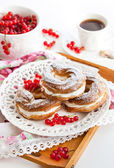 Cream puff rings decorated with fresh red currant — Foto de Stock