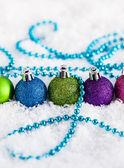 Noel topları ve çelenk — Stok fotoğraf