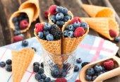Bayas frescas en cono de waffle — Foto de Stock