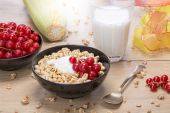 Breakfast stilllife with cereals, fruits and milk — Stock Photo