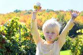 Szczęśliwe dziecko jedzenie owoców w jabłuszkowym Sadzie jesienią — Zdjęcie stockowe