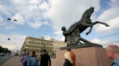 "View of the monument ""The Taming of Horses"" at Anichkov Bridge. — Stock Video"