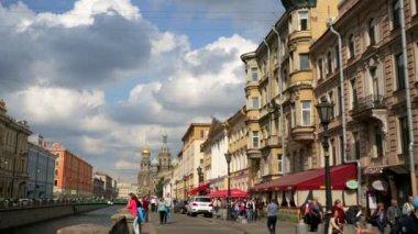 Tourists walking along embankment street — Stock Video