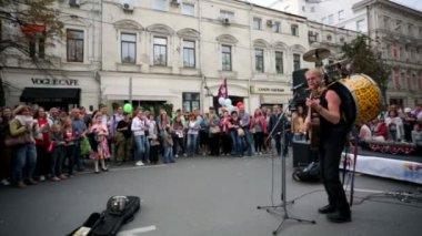Street musician at Neglinnaya Street. — Stock Video