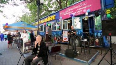 Street musician at Arbat street — Stock Video