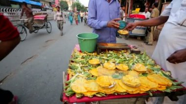 Street vendor sells ready to eat pineapples. — Stock Video