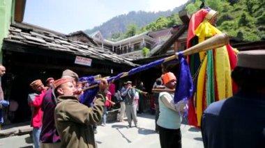 Ceremony inside Vashisht Temple. — Stock Video