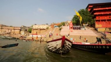 Ganges river with the boats and holy ghats. — Vídeo stock