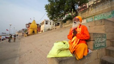 Sadhu at the ghats — Stock Video