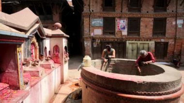 Women extract water from well — Stok video