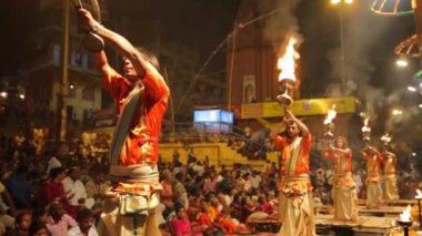 Ganga Aarti ritual (fire puja) — Stock Video