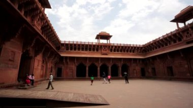 Tourists visit the Agra Fort. — Stock Video