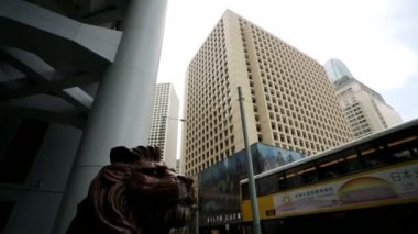 Lion near the HSBC building — Stock Video