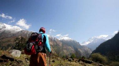 Man hiking in Himalaya mountains — Stock Video