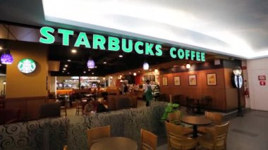 Starbucks coffee at shopping complex — Stock Video