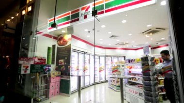 Exterior of a 7-Eleven store — Stock Video