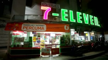 Nighttime exterior of 7-Eleven store — Stock Video