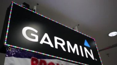 Garmin logo at shopping mall — Stock Video