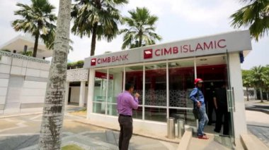 People use Cimb Bank — Vídeo de stock