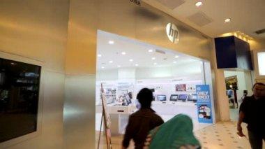 Hewlett-Packard store at shopping mall — Stock Video