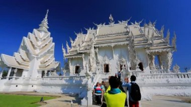 Tourists visit Wat Rong Khun temple — Stock Video