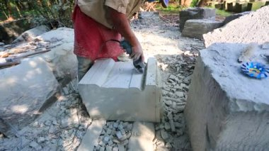 Stonecutter at restoration works — Stock Video