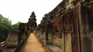 Tourists visit Baphuon temple — Stock Video