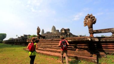 Backpackers visiting temple — Stock Video