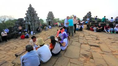Tourists enjoy beautiful scenery at Phnom Bakheng temple — Stock Video