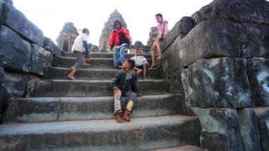 Cambodian children at Bakong temple — Stock Video
