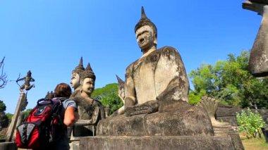 Touristischen Besuch Buddha Park — Stockvideo