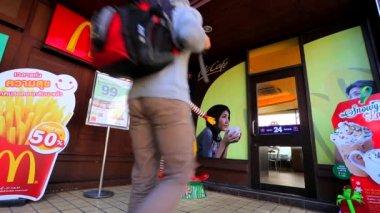 Young man entering Mcdonald's — Stock Video