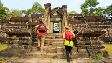 Backpackers visiting Angkor Wat Temple. — Stock Video