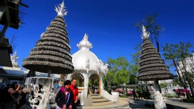 Tourists visit Wat Rong Khun temple — Stock Video