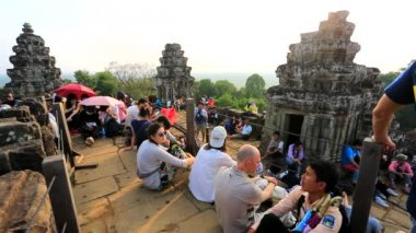 Tourists enjoy beautiful scenery at Phnom Bakheng temple — ストックビデオ