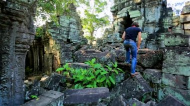 Tourist visit Ta Prohm Temple — Vídeo stock