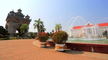 View of Patuxai park — Stock Video