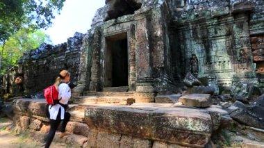 Backpacker visiting Ta Som temple — Stock Video