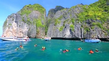 Tourists snorkeling at Maya bay — Stock Video