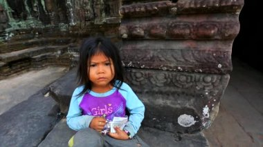 Cambodian girl at Preah Khan temple — Stock Video