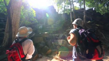 Backpackers visiting Beng Melea temple — Stock Video