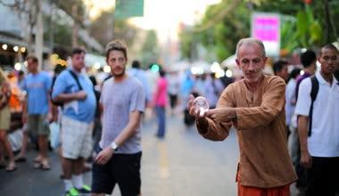 Street performer presenting tricks — Stock Video