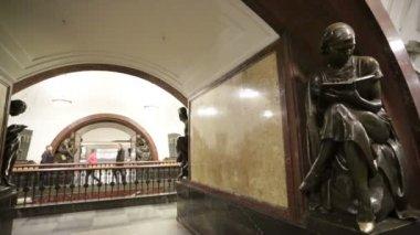 Ploshchad Revolyutsii subway station — Stock Video