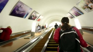 Escalator carries commuters — Stock Video