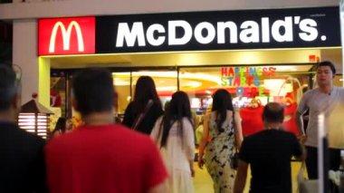 People visiting Mcdonalds restaurant — Stock Video