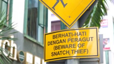 Beware of snatch thief sign — Stock Video